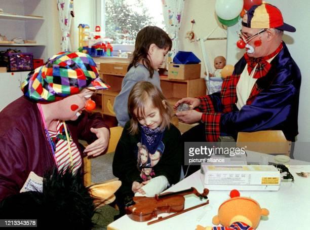Zwei Patienten der Kinderklinik der Medizinischen Hochschule Hannover spielen am 1821999 mit den KlinikClowns Bruno und Colli Bum im Spielzimmer der...