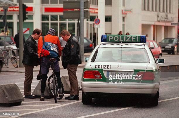 Zwei Polizisten haben hinter einer Ampel am Gänsemarkt einen Fahrradkurier gestoppt weil dieser bei Rot über die Ampel gefahren ist Polizeieinsatz...