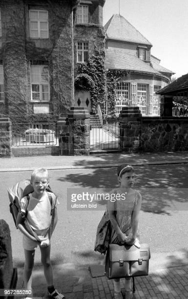 Zwei Schulkinder stehen mit ihren Ranzen auf einem Gehweg in Radeburg aufgenommen im Sommer 1989 in Radeburg Die Stadt feiert in diesem Jahr ihr...