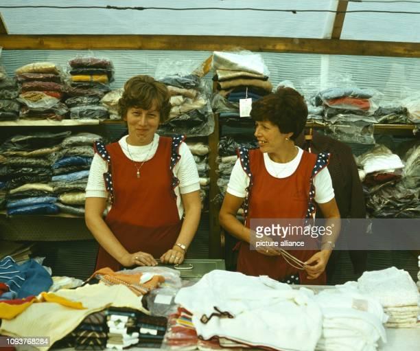 Zwei Verkäuferinnen an einem Textilstand auf dem Dittersbacher Jahrmarkt einer der größten BauernJahrmärkte im Bezirk Dresden aufgenommen am Der...
