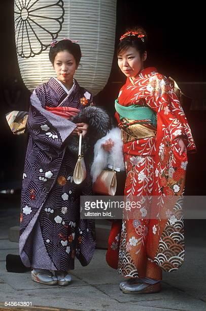Zwei zwanzigjährige Mädchen am Tag des Erwachsenwerdens 2001