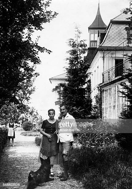 Zweig Stefan Writer Austria *28111881 with his wife Friderike von Winternitz in front of his house probably Kapuzinerberg 5 in Salzburg 1922...
