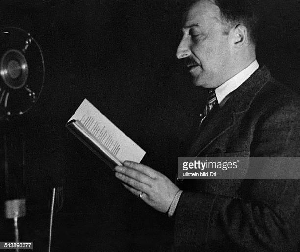Zweig Stefan Writer Austria*28111881 during a reading Photographer Dephot Published by 'Tempo' Vintage property of ullstein bild