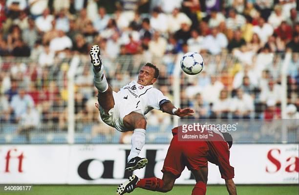Im DFBLigaPokalSpiel Bayer Leverkusen 1 FC Kaiserslautern am versucht Fußballspieler Martin Wagner durch einen Fallrückzieher in Ballbesitz zu kommen...