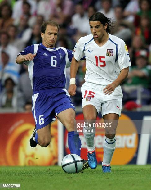 EURO 2004 Portugal Halbfinale in Porto Griechenland Tschechien 10 Zweikampf um den Ball zwischen Angelos Basinas und Milan Baros