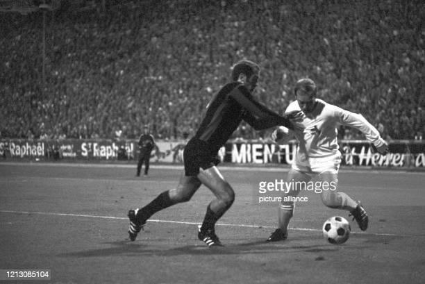 Zweikampf zwischen Peter Enders und dem Kölner Mittelstürmer Bernd Rupp am im Olympiastadion in Berlin. Hertha BSC gewann auch das dritte...