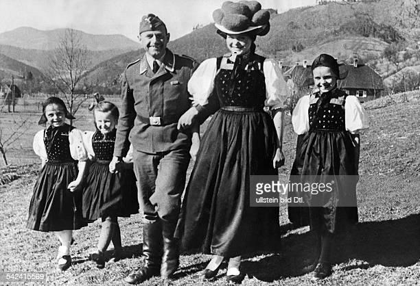 Zweiter Weltkrieg Fronturlaub für einen Luftwaffensoldatenaus dem Schwarzwald Spaziergang mitder Familie in schwarzwälder TrachtOstern 1940