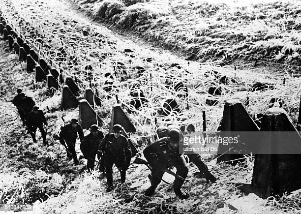 Zweiter Weltkrieg MaginotLinie deutscher Spähtrupp an den Drachenzäunen der Tankabwehr 1940