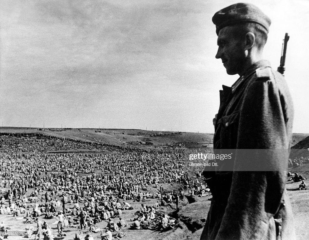 WK II Russlandfeldzug - sowjet. Gefangene nach Kesselschlachten 1941 : News Photo