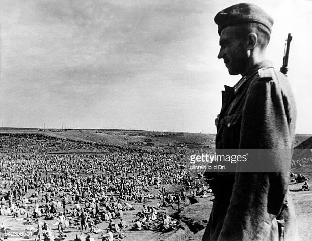 Zweiter Weltkrieg Russlandfeldzug 1941 Ostfront'Unternehmen Barbarossa'Deutscher Angriff auf die Sowjetunion ab gefangene sowjetische Truppen der...