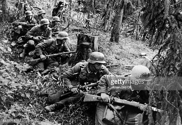 Zweiter Weltkrieg, Russlandfeldzug 1941 - Ostfront'Unternehmen Barbarossa'Deutscher Angriff auf die Sowjetunion ab - Infanteristen noerdlich von Luga...