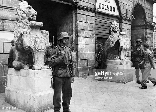 Zweiter Weltkrieg, Russlandfeldzug 1941 - Ostfront'Unternehmen Barbarossa'Deutscher Angriff auf die Sowjetunion ab - deutsche Posten vor dem Rathaus...