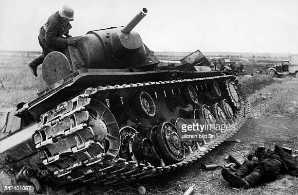 Zweiter Weltkrieg Russlandfeldzug 1941 Ostfront'Unternehmen Barbarossa'Deutscher Angriff auf die Sowjetunion ab ein zerstoerter sowjetischer...