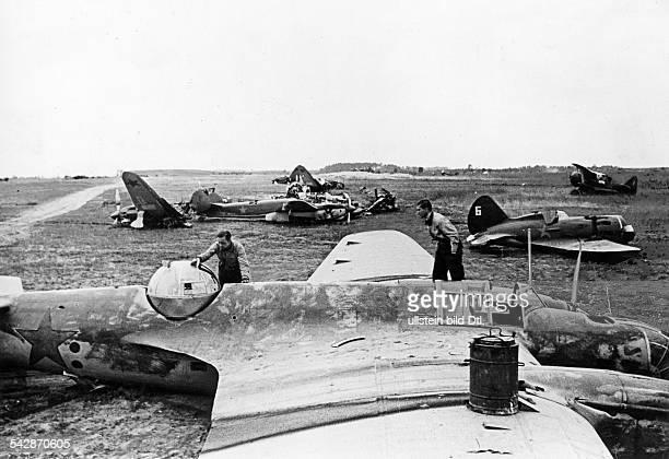 Zweiter Weltkrieg Russlandfeldzug 1941 Ostfront'Unternehmen Barbarossa'Deutscher Angriff auf die Sowjetunion ab zerstoerte russische Flugzeuge Juli...