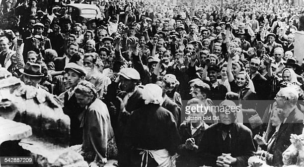 Zweiter Weltkrieg, Russlandfeldzug 1941 - Ostfront'Unternehmen Barbarossa'Deutscher Angriff auf die Sowjetunion ab - Bevoelkerung in Lemberg jubelt...