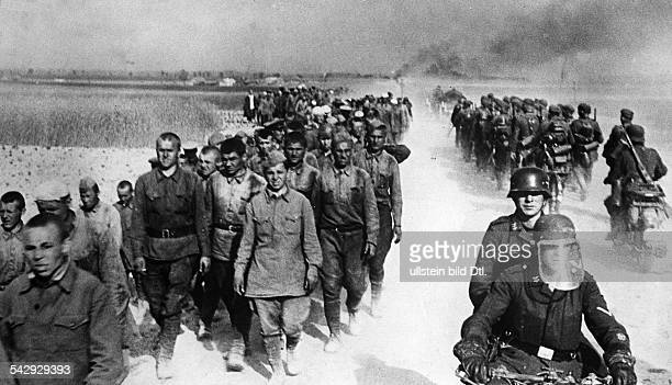 Zweiter Weltkrieg Russlandfeldzug 1941 Ostfront'Unternehmen Barbarossa'Deutscher Angriff auf die Sowjetunion ab Vormasch deutscher Marschkolonnen in...