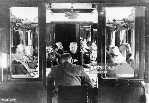 Zweiter Weltkrieg Unterzeichnung des Waffenstillstandsvertrages im historischen Verhandlungswagen in CompiegneBlick in den Wagen auf die...