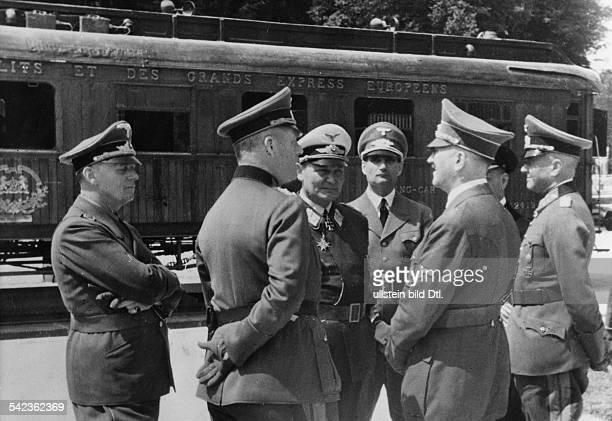 Zweiter Weltkrieg Waffenstillstand von Compiegne vor dem Verhandlungswagen vlnr Ribbentrop Keitel Göring Hess Hitler Raeder von Brauchitsch 1940