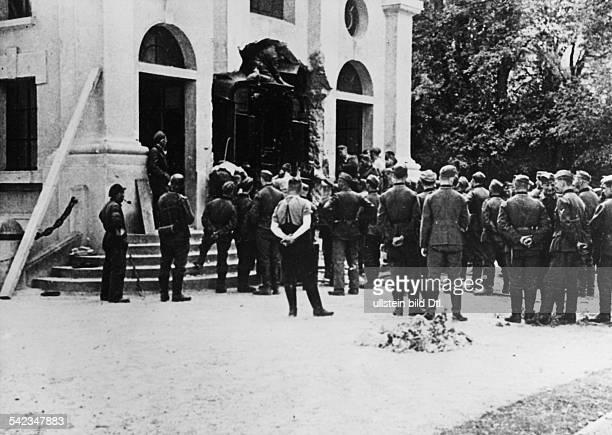 Zweiter Weltkrieg Waffenstillstandsabkommen Der 'historische Wagen' von Compiegne wird aus der Halle geschoben nachdem eine Wand aufgebrochen wurde...