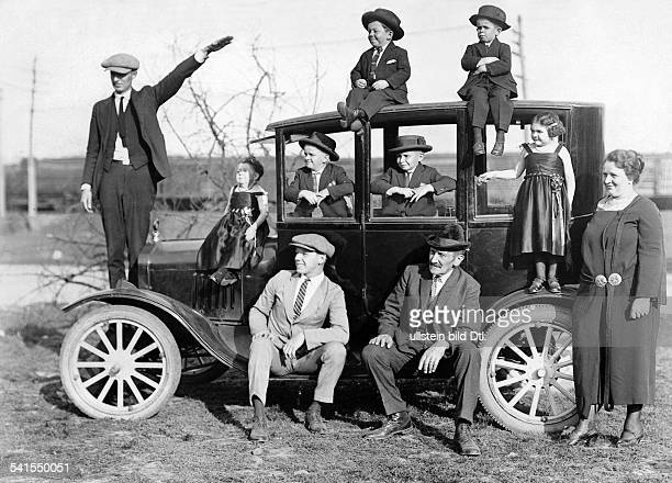 'Zwergenritter' chief of the best midgetgroup in the world on a world tour group picture on a car undatedVintage property of ullstein bild