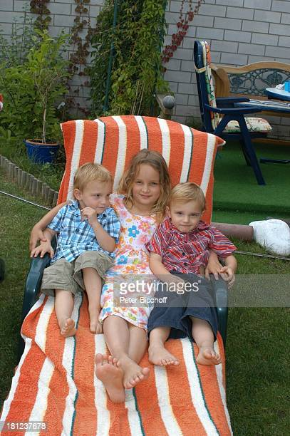 Zwillinge NoahHenry und LiamViktor Schwester SelinaMerrit Bolling Homestory Kleinstadt nahe Frankfurt am Main Garten umarmen Liege Familie Promis...