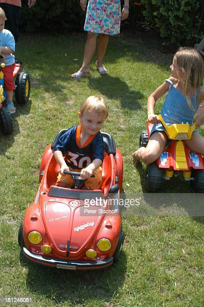 Zwillinge NoahHenry und LiamViktor Schwester SelinaMerrit Bolling Homestory Kleinstadt nahe Frankfurt am Main Garten Spielzeugauto Dreirad...