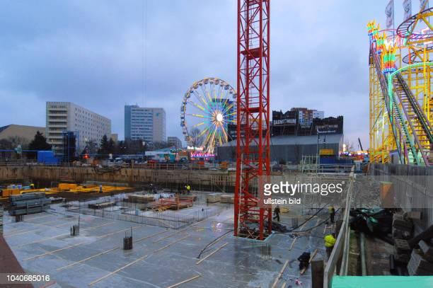 Zwischen zwei Baustellen in der Alexanderstrasse am Alexa stehen die Fahrgeschaefte fuer den MiniWeihnachtsrummel Links im Bild die Baugrube des...
