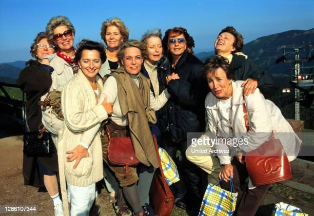 Zwölf ehemalige Schulfreundinnen treffen sich 30 Jahre nach dem Abitur wieder.Iris hat sie alle übers Wochenende in einen romantischen Landgasthof...
