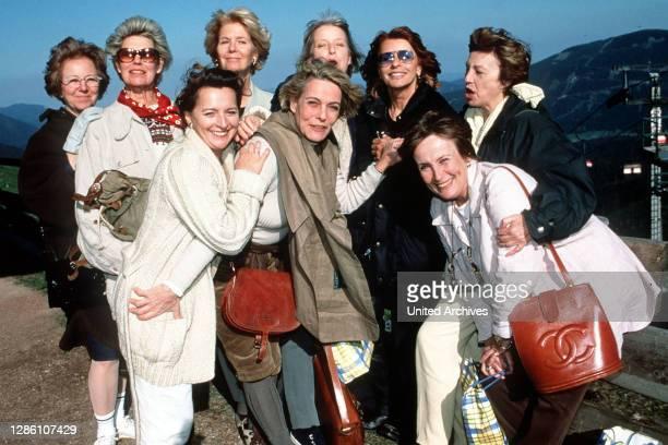 Zwölf ehemalige Schulfreundinnen treffen sich 30 Jahre nach dem Abitur wieder. Iris hat sie alle übers Wochenende in einen romantischen Landgasthof...