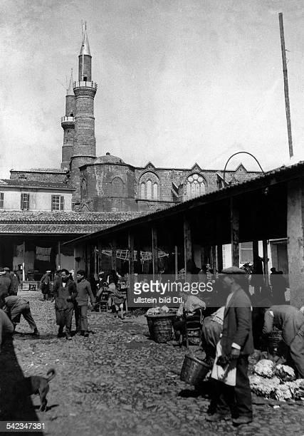 Zypern Marktszene in Nicosia iH die HagiaSophiaKirche jetzt eine Moschee veroeff 1939