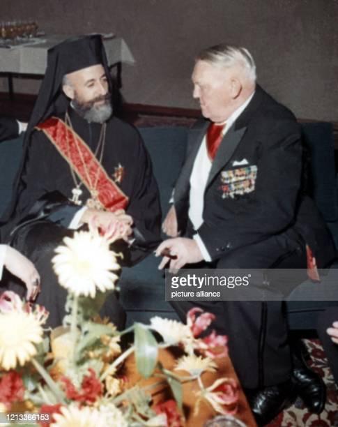 Zyperns Staatspräsident Erzbischof Makarios bei einem Empfang zu seinen Ehren im Mai 1962 in der Bonner Beethovenhalle im Gespräch mit...