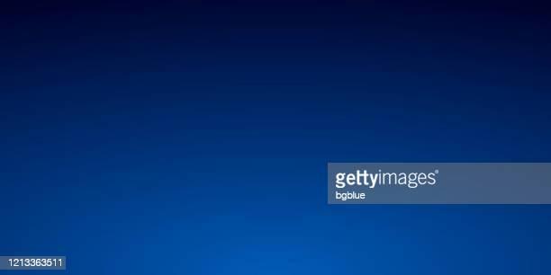 stockillustraties, clipart, cartoons en iconen met abstracte vage achtergrond - gedefocused blauw gradiënt - donkerblauw