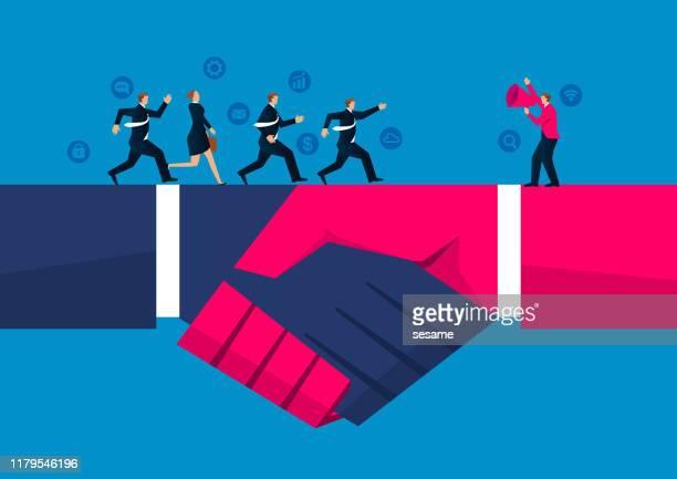 illustrazioni stock, clip art, cartoni animati e icone di tendenza di accordo e cooperazione, un gruppo di uomini d'affari corse da un altro uomo d'affari in possesso di una megafo - scuotere