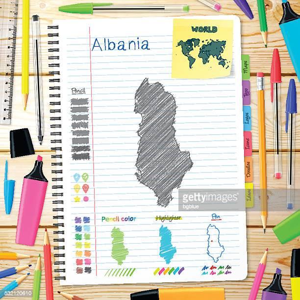 Albania mappa disegnata a mano libera su blocco note. Sfondo in legno