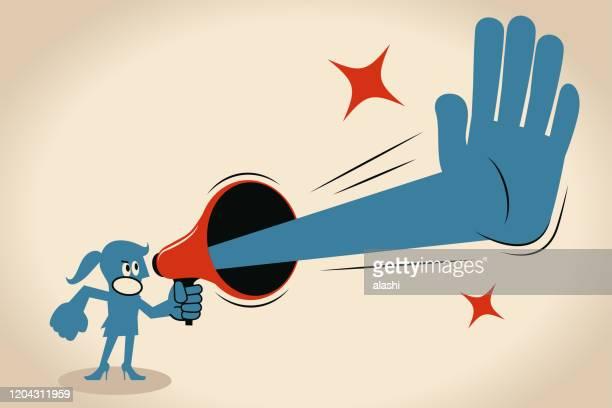 wütende geschäftsfrau hält ein megaphon mit einer stopp-geste - geschäftsfrau stock-grafiken, -clipart, -cartoons und -symbole