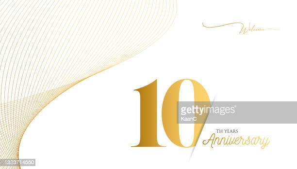 ●記念品ロゴテンプレートは分離、記念日アイコンラベル、記念銘柄ストックイラスト。ゴールドの色の手のレタリングとハッピーアニバーサリーの挨拶テンプレート。 - 10周年点のイラスト素材/クリップアート素材/マンガ素材/アイコン素材