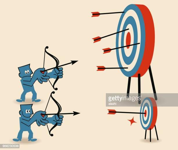 ilustraciones, imágenes clip art, dibujos animados e iconos de stock de concurso de tiro con arco, hombre de negocios con el objetivo de objetivo pequeño y tiro en diana de dardos - arco y flecha