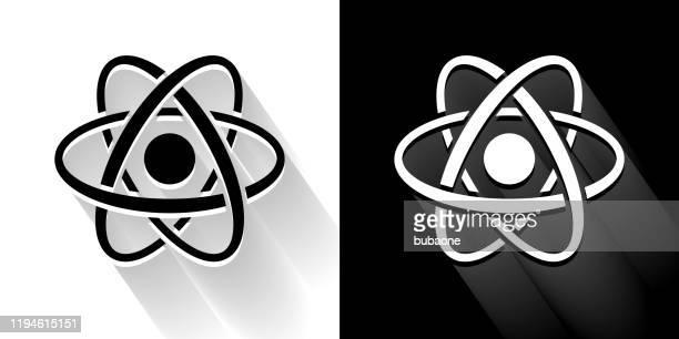 illustrations, cliparts, dessins animés et icônes de icône noire et blanche d'atome avec l'ombre longue - atomic imagery
