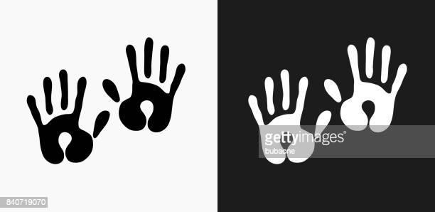 ilustraciones, imágenes clip art, dibujos animados e iconos de stock de icono de huellas de bebé en blanco y negro vector fondos - huella de mano