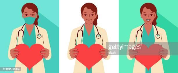 美しい若い女性医師(看護師、医療従事者)は、聴診器、フェイスマスクを着用し、心臓の形の看板を保持しています - 女医点のイラスト素材/クリップアート素材/マンガ素材/アイコン素材