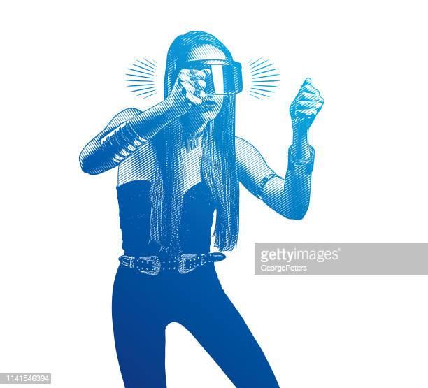 Schöne junge Frau mit Virtual-Reality-Simulator