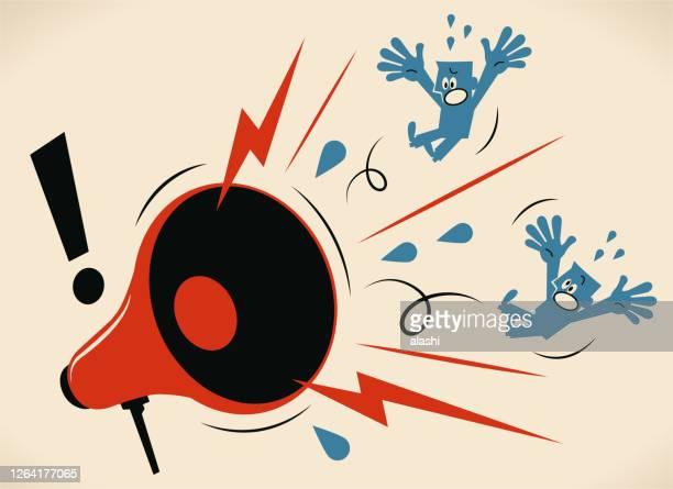 2人の青い男に叫ぶ大きな怒っているメガホン - 悲鳴を上げる点のイラスト素材/クリップアート素材/マンガ素材/アイコン素材