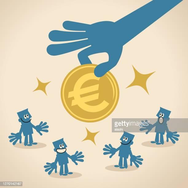 ilustrações, clipart, desenhos animados e ícones de grande mão dando dinheiro ao grupo de pessoas: moeda da união europeia (moeda de sinal de euro), apostila em dinheiro, programas de bem-estar social, renda básica universal, economia compartilhada, fundos de risco - reforma assunto