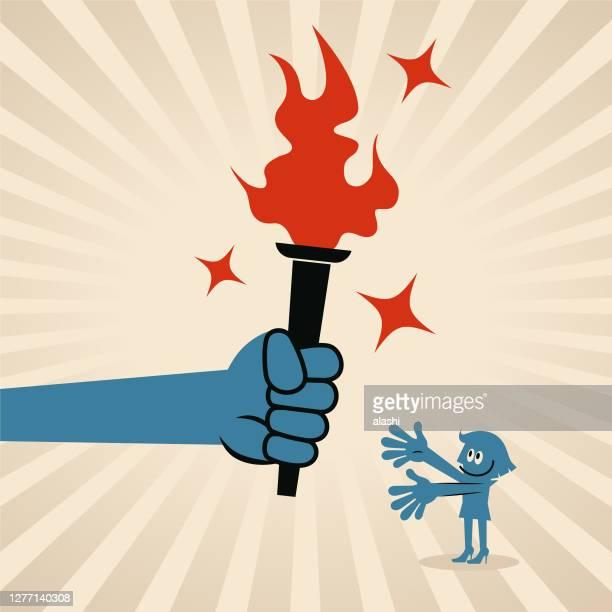 大きな手は、ビジネスウーマンに炎のたいまつを与える(渡す) - 後任点のイラスト素材/クリップアート素材/マンガ素材/アイコン素材