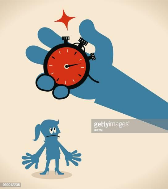 illustrations, cliparts, dessins animés et icônes de grosse main appuyant sur un bouton du chronomètre et indique l'heure à une femme d'affaires - temps limité