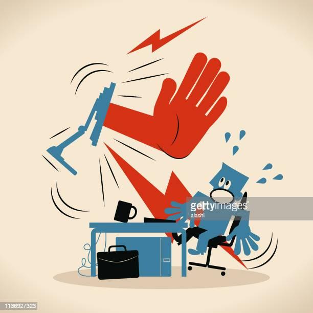 机の上のコンピュータを使用しているビジネスマン (コンピュータプログラマ、デザイナー) に停止ジェスチャーを示す大きな手 - 一時停止の標識点のイラスト素材/クリップアート素材/マンガ素材/アイコン素材