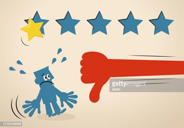 stockillustraties, clipart, cartoons en iconen met de grote hand toont duimen onderaan handteken aan zakenman en geeft een één-sterclassificatie van vijf sterren, is één ster de laagste classificatie - klagen