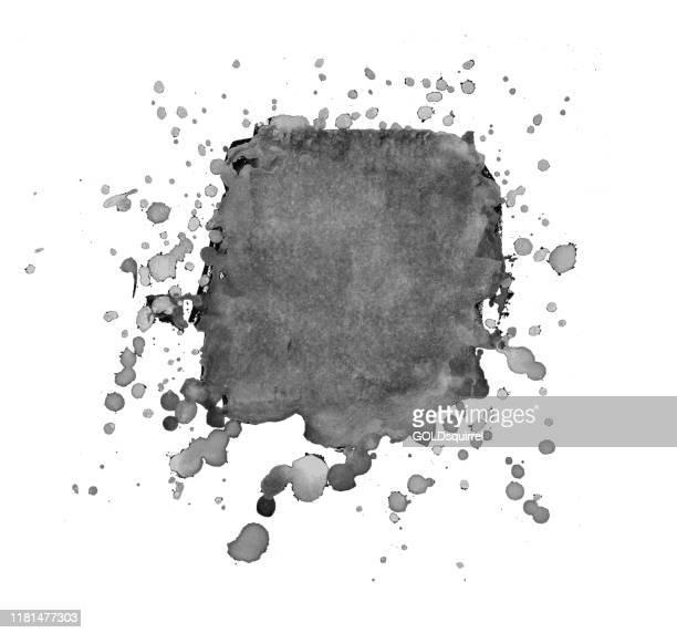 illustrazioni stock, clip art, cartoni animati e icone di tendenza di macchia di vernice nera isolata su sfondo carta bianca con gocce e punti intorno - illustrazione vettoriale con trame e dettagli naturali - vernice spruzzata naturalmente intorno a un grande punto nero al centro della carta - sbavatura
