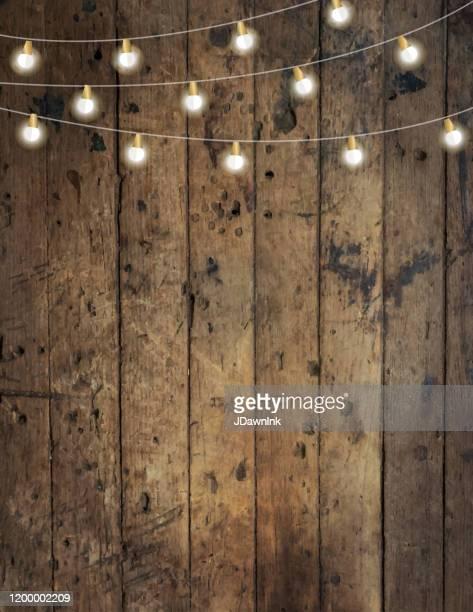 文字列ライト付きの木製の背景を持つ空白の招待デザインテンプレート - ストリングライト点のイラスト素材/クリップアート素材/マンガ素材/アイコン素材