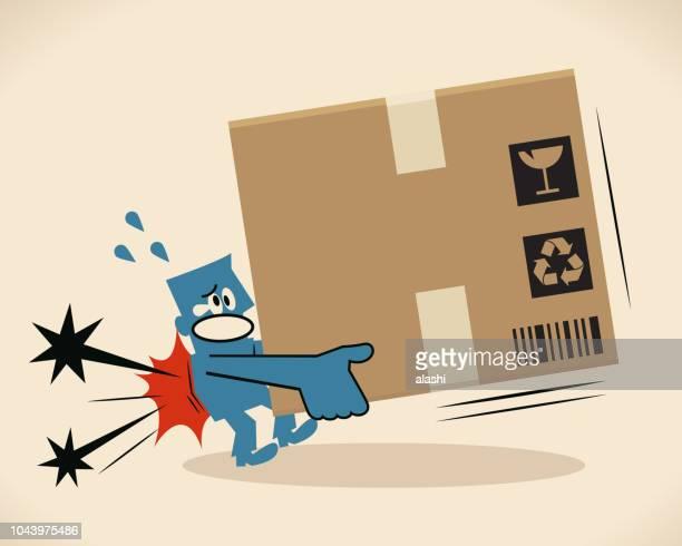illustrations, cliparts, dessins animés et icônes de homme bleu portant une grosse boîte en carton avec un mal de dos - mal de dos